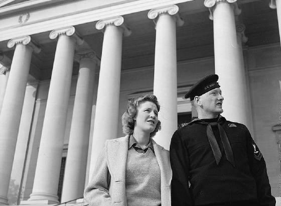 Lynn and Hugh Massman, Washington, DC, 1943. Photo by Esther Bubley.