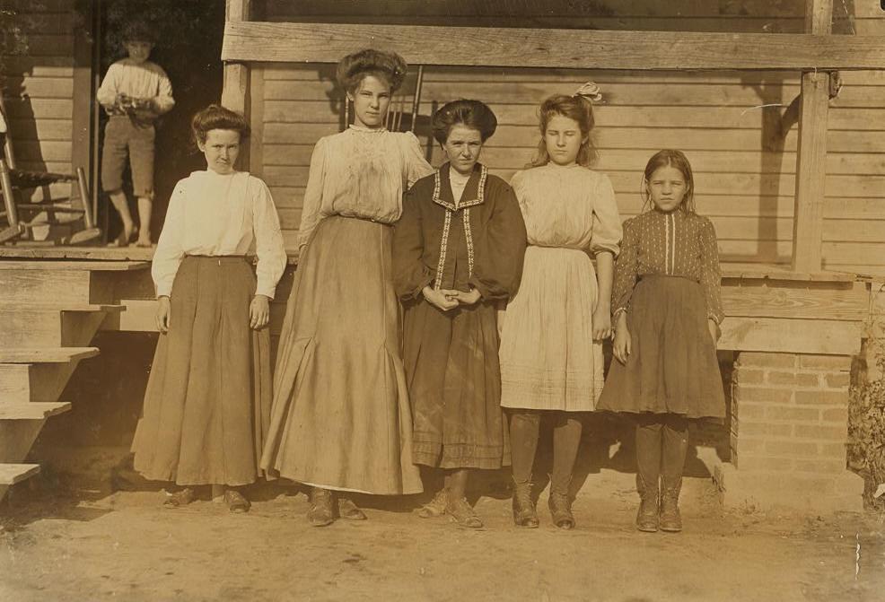 Lavator Arnette (2nd from left); sister Nettie (2nd from right).