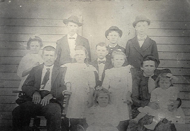 Samuel and Lura Walls with their nine children (Selena on mother's lap), 1903.