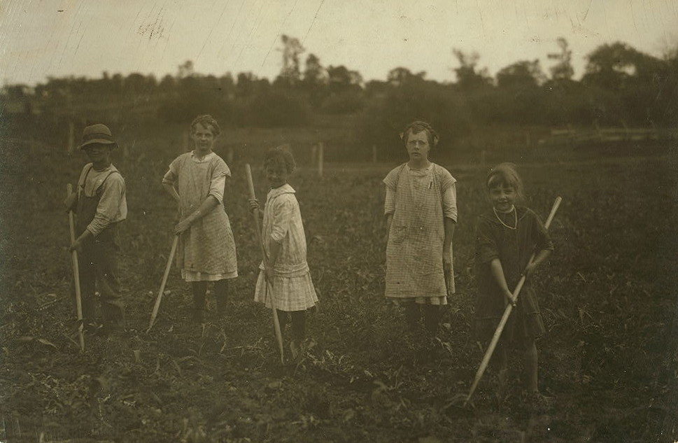L-R: Hugo, Clara, Martha & Isabella Umhoefer (unrelated girl at right), July 1915, Menomonee Falls.