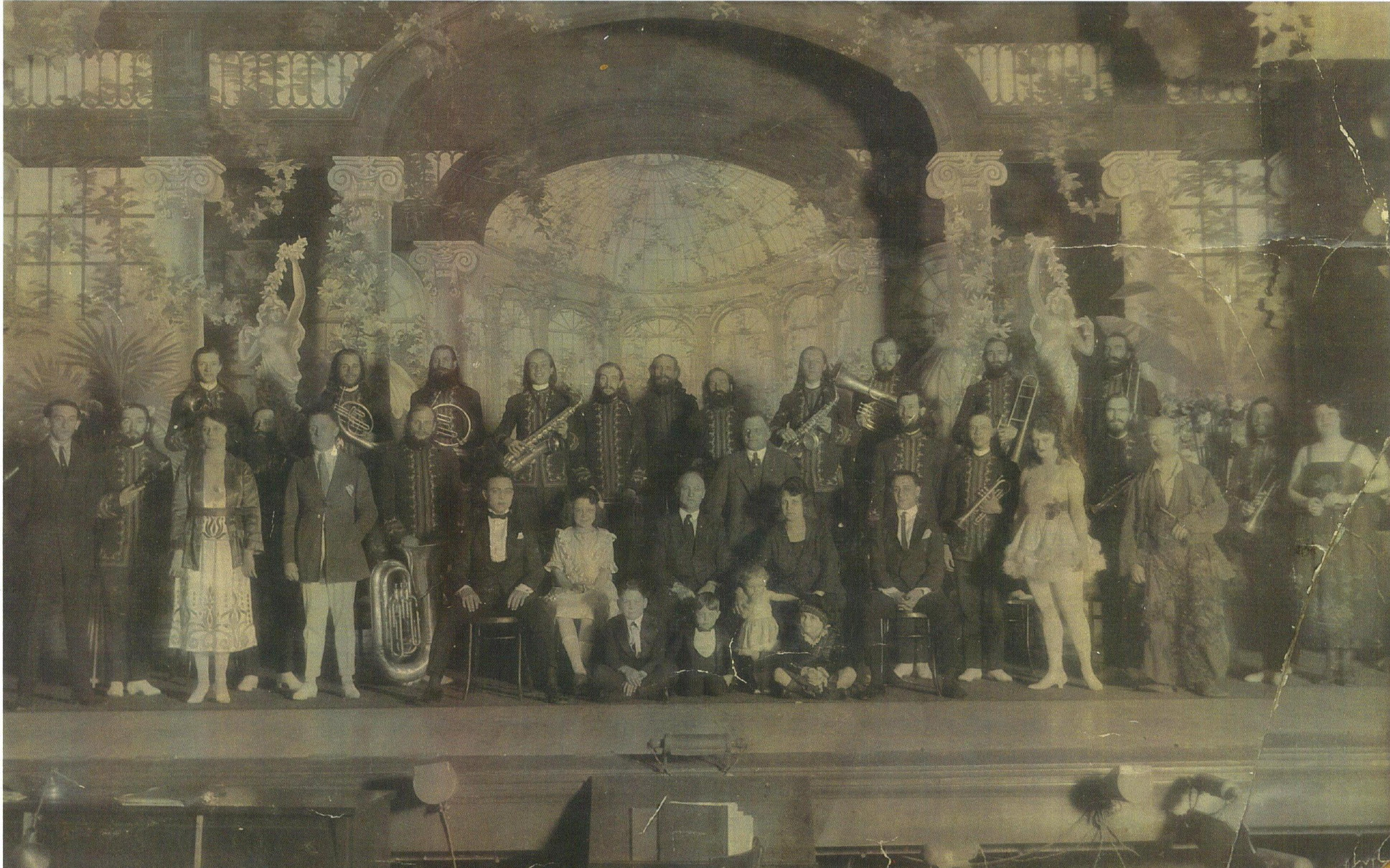 Pantages Road Show, 1921 (Capps Family front center).